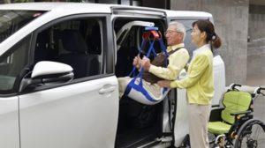 専用のつり上げ具を車内に取り付けることにより、身体を吊り上げてシートに着席します。
